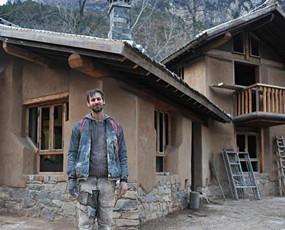 42岁美国人在山西盖会呼吸的房子