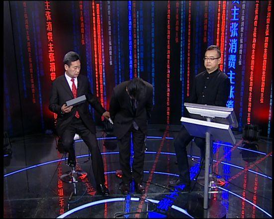 锦湖轮胎(中国)董事长李汉燮鞠躬道歉。