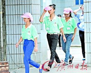 图为涉事电子厂多名身着绿色工作服的学生工走出厂区。(广州日报记者葛宇飞、石忠情摄)