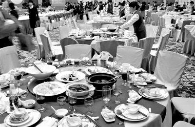 """今年1月20日,一国企在广州一家五星级酒店摆了70桌。临近年底,在中央""""严抓四风""""背景下,北京国企机关年会大幅缩减。新华社记者 陈晔华 摄"""