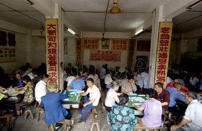 2007年,四川大竹县高穴古镇的一家麻将馆内生意爆棚。
