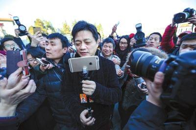 """昨天,被记者围堵的崔永元使用自拍神器当了回""""摄影师""""。京华时报记者潘之望摄"""