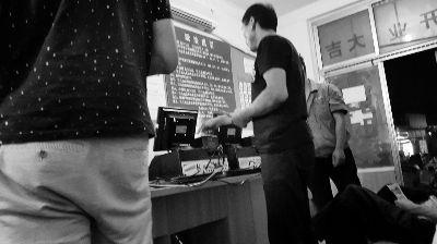 顾客正在店内下注,这里的顾客多是当地村民和务工人员