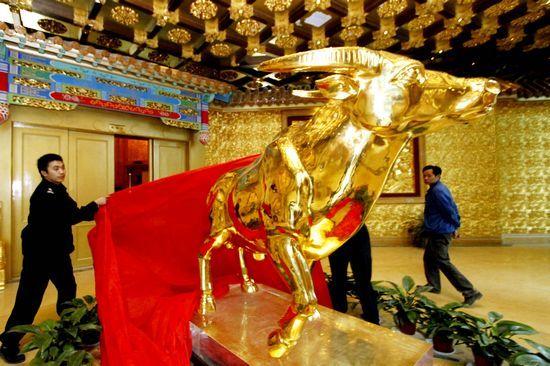 """9月29日,华西村328米高""""黄金酒店""""——龙希国际大酒店内一吨重的金牛。"""