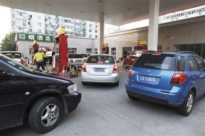 昨日,北京海淀区知春路一家加油站内,车主在排队加油。新京报记者 浦峰 摄