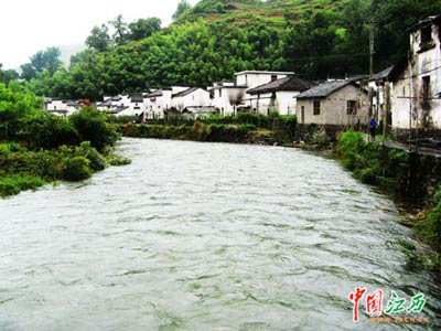 江西婺源:雨后山村清新迷人