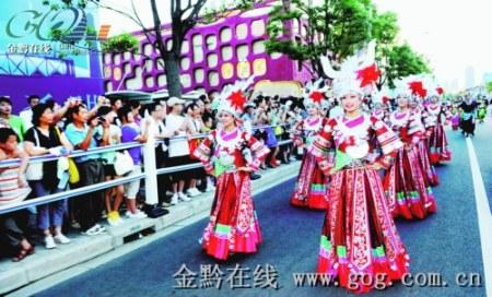 贵州民族姑娘小伙载歌载舞制造精彩