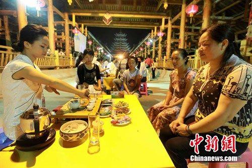 广西柳州:三江县万人风雨桥上品香茗