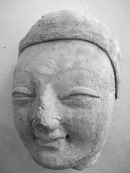 新疆喀什巴楚县,为何会有一座微笑的佛头?