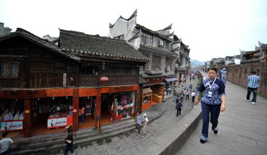 4月28日拍摄的凤凰古城北门外一条街道。新华社记者赵众志摄