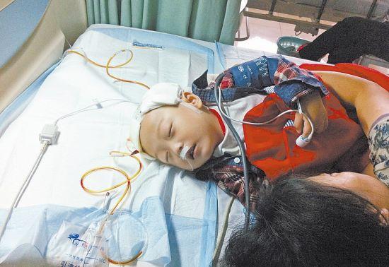 图2为幼儿正在医院抢救的情景。资料图片