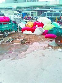 中图:小企业回收的床单等布草直接堆在泥水里
