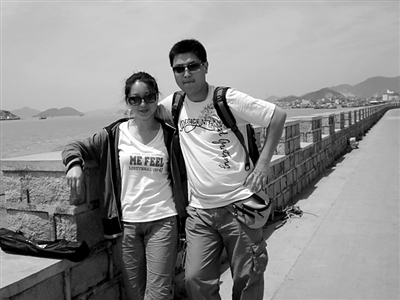 离开上海之前,臧�把女朋友接到上海游玩合影。
