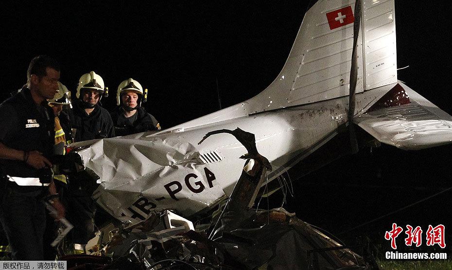 当地时间4月28日,瑞士佛里堡州警方发言人多纳泰拉维奇奥表示,一架小型飞机于当天下午在塔特罗兹坠毁,目前已经发现5具尸体。据称,机上可能共有6人,另一人生存的可能性极小。   (责任编辑:邵希炜)