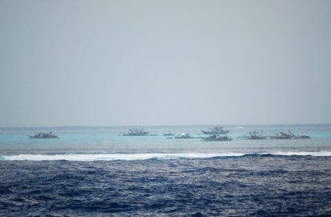 图说:菲律宾渔船经常在黄岩岛附近捕鱼.