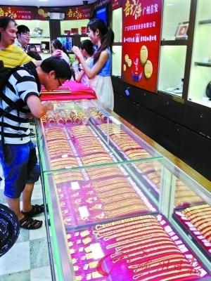 广州大商场黄金销售淡季不淡。