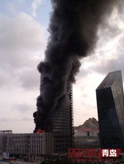 火灾现场浓烟滚滚(网友供图)