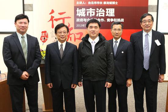 图为朱晓明院长等中欧教授与郝龙斌市长合影。