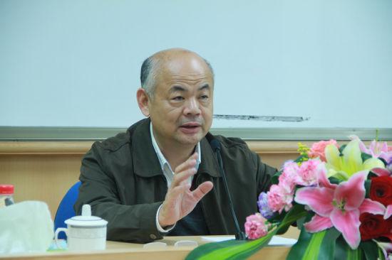 原厦门市常委、常务副市长丁国炎先生给新学员带来了《合众·共赢——厦漳泉同城化的路径选择》的主题讲座。