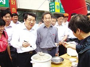 江苏阜宁县委书记在南京街头推销猪肉(图)