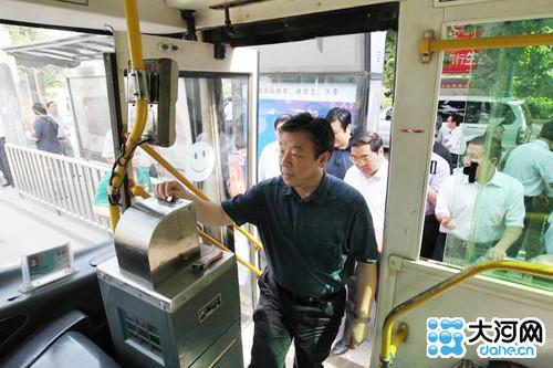 河南省委书记乘坐公交体验城市交通(组图)