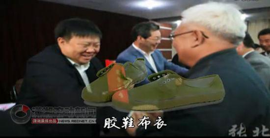 """歌颂县委书记MV热传 网友惊呼""""太肉麻""""(组图)"""