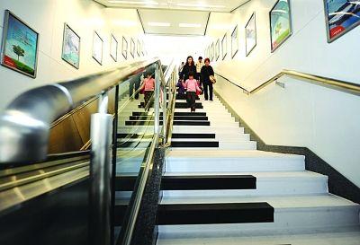 """""""音乐楼梯""""亮相南京 行人太多""""弹""""曲有难度"""