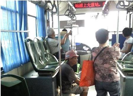 """城市""""冷漠""""病:民工怕弄脏公交座椅(图)"""