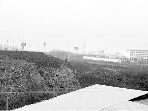 南京地铁二号线隧道现约50米变形 地面堆载所致