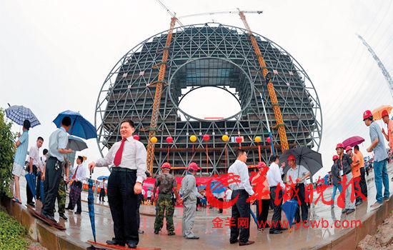 """广州""""铜钱大楼""""封顶意外获好评 10万征名"""