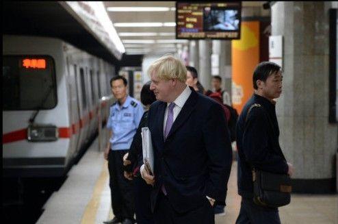 伦敦市长体验北京地铁感叹干净但人多(图)