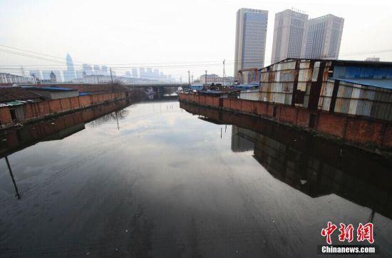 浙江绍兴市区河道油污漂荡