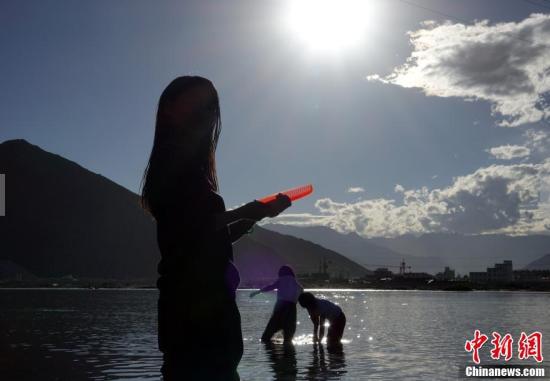 """拉萨迎来传统""""沐浴节"""" 藏族民众河边戏水"""