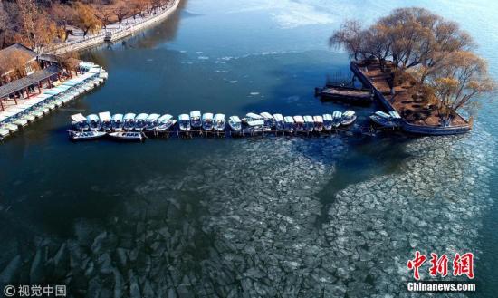 济南大明湖大面积结冰 现巨型冰画