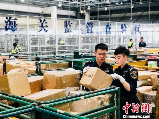 """白云机场晋升""""六千万级机场俱乐部""""广州海关助力升级"""