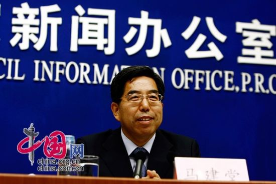图为国家统计局局长马建堂介绍有关情况。(图片来源:中国网)