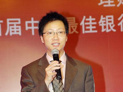 图文:理财周报运营总经理助理冯家庆主持抽奖