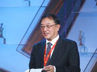图文:联想董事长兼总裁柳传志颁奖典礼上开奖