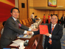 国新办公室副主任董云虎给代表颁奖
