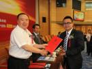全国政协副主席白立忱给企业代表颁奖