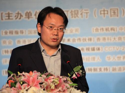 21世纪经济报道创始人、主编刘洲伟发言(新浪财经 陈鑫 摄)