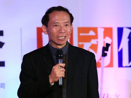 2010年11月12日,中央电视台2010经济生活大调查启动仪式在北京召开。图为北大BiMBA中方院长胡大源分析结果。(新浪财经 陈鑫 摄)