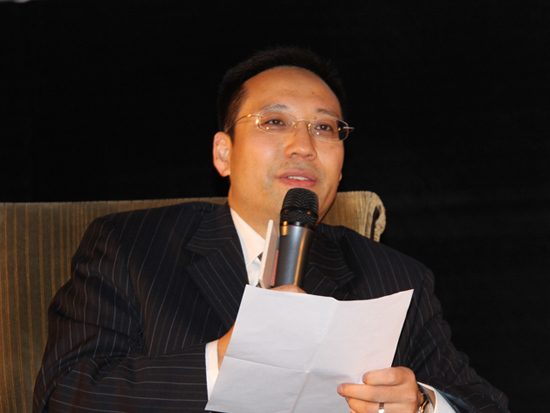 """""""2010(第八届)中国并购年会""""于11月25日在上海举行。上图为中国并购公会常务理事冯兵主持论坛。(图片来源:新浪财经 王霄 摄)"""