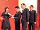 王丽娟为获奖金融机构颁奖