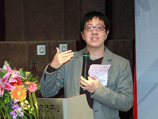 """""""第八届中国文化产业新年论坛""""于2011年1月8日-9日在北京召开。上图为台湾设计师协会理事长、树德科技大学数字科技与游戏设计系助理教授尹立。(图片来源:新浪财经 梁斌 摄)"""