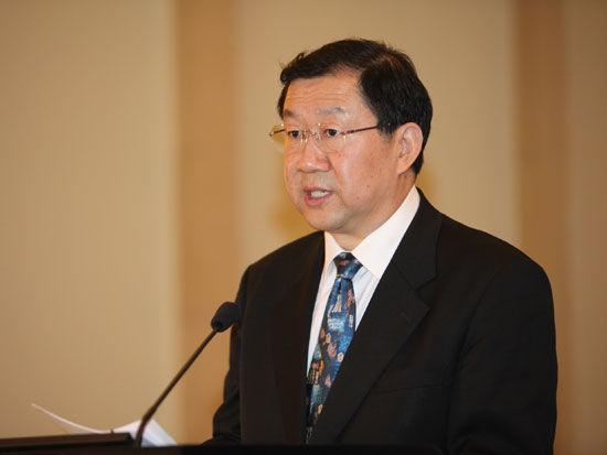 """""""2011中国金融高峰论坛""""于2011年5月18日-19日在北京举行。上图为北京市大兴区委副书记张伯旭。(图片来源:新浪财经 梁斌 摄)"""