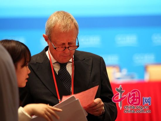 """由中国国际经济交流中心主办的""""第二届全球智库峰会""""于2011年6月25-26日在北京召开,主题为""""全球经济治理:共同责任""""。图为开幕式现场嘉宾交流。  图片来源:中国网"""