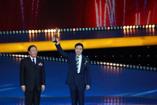 图为中国民航局局长李家祥先生向中兴通讯股份有限公司总裁史立荣先生颁奖。