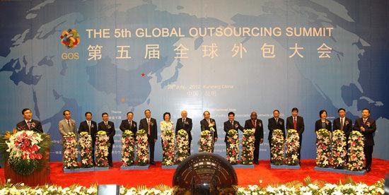 """""""第五届(2012)全球外包大会""""于7月26日-29日在云南省昆明市举办。上图为第五届全球外包大会启动仪式。(图片来源:新浪财经)"""
