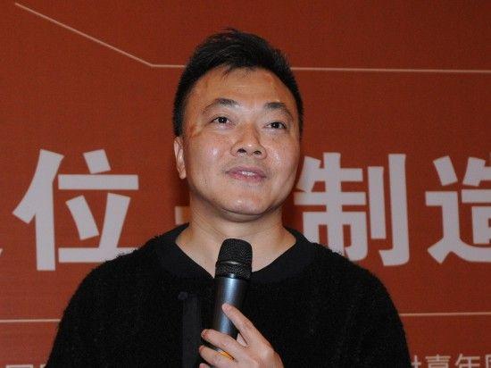 """中国服装协会于2012年11月23-24日在北京国际饭店会议中心召开""""2012中国服装大会""""。图为广州力果服饰有限公司董事长林维建演讲。(来源:新浪财经 任立殿)"""